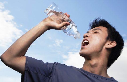 Bahaya Minum Sambil Berdiri untuk Kesehatan
